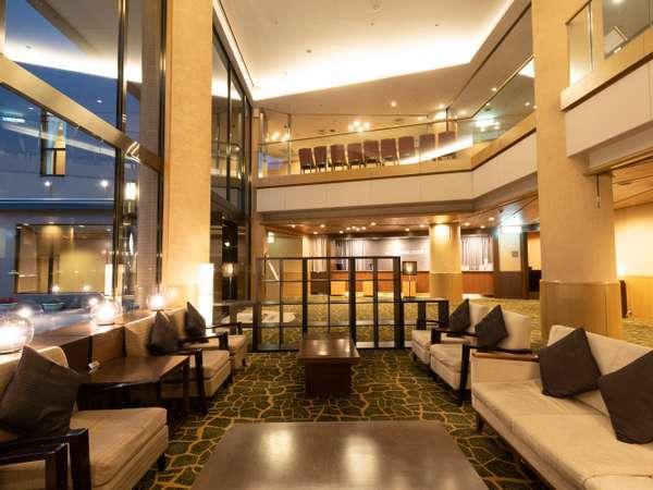 【ロビー】エントランスを抜けた先には、開放的なホテルロビーが広がります。