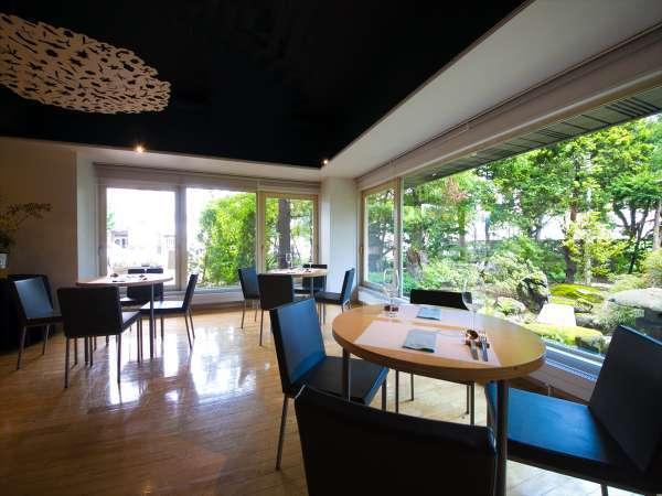 【イル チエロ】大きな窓からは日差しが差し込み、自慢の日本庭園が望めます。