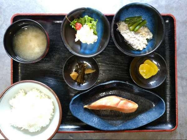 【朝食(一例)】家庭的な味を楽しめる和食膳。