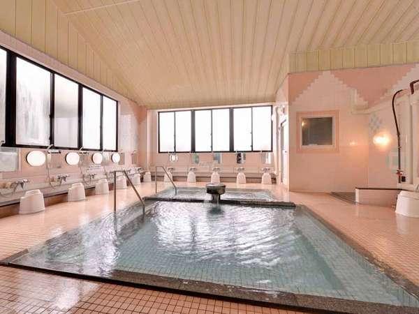 """*大浴場/湯量豊富に湧き出る天然温泉""""大坊温泉""""。その良質な湯を求め湯治客も多数訪れます。"""