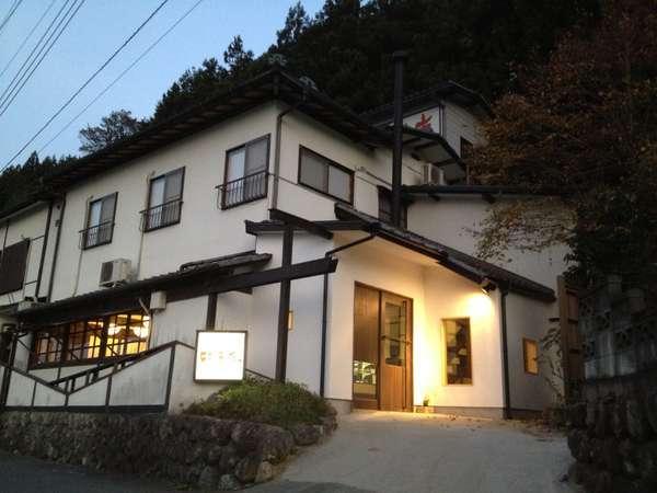 西武秩父より徒歩7分と駅至近にありながら山のふもとに位置しています。