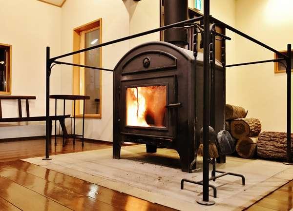 エントランスの薪ストーブ(鉄の作家・倉島啓太氏作)特有のじんわりと優しい暖かさをお楽しみください。