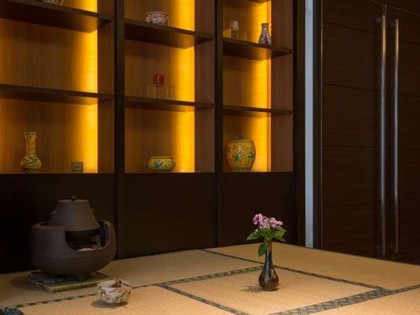 ■Lobby■様々な調度品と季節の花々がお客様をお出迎え。