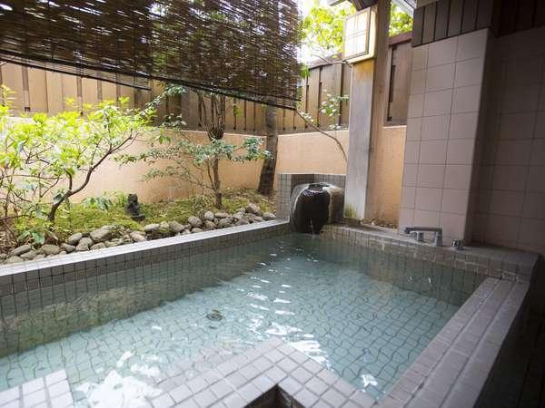 露天風呂は源泉100%かけ流し。空いていれば貸切風呂として利用可能