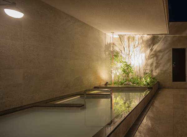 露天風呂はシルキー湯、奥2列は寝ころび湯で夜空を楽しめます