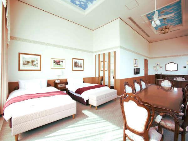 【クラブハウス本館 ロイヤルツインルーム】広々としたお部屋と大きな窓からの夜景も魅力です。
