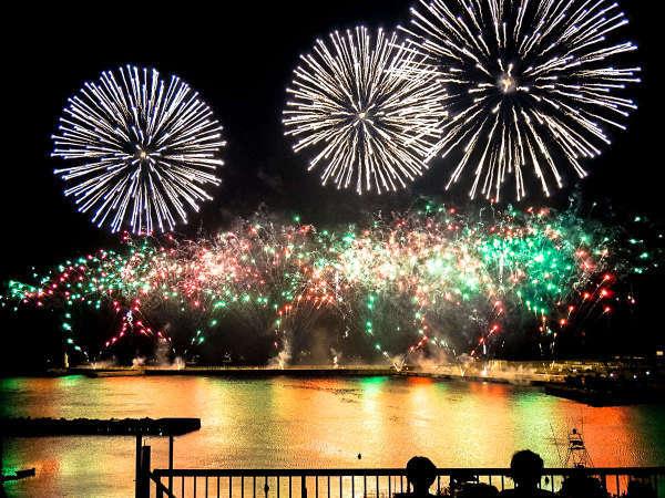 ホテルの目前から打ち上げられる「熱海海上花火大会」は迫力満点♪