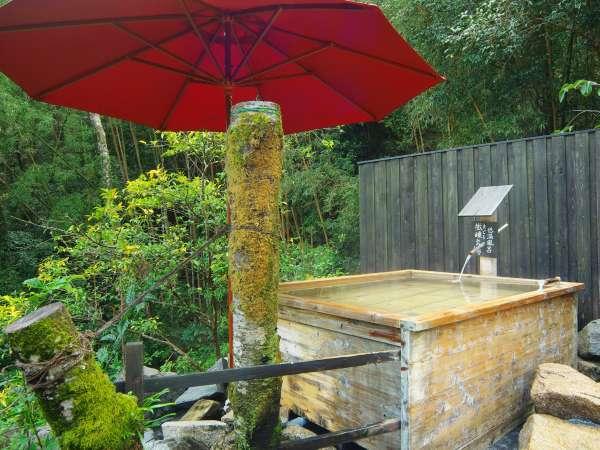 ヒノキの露天風呂は低温の源泉かけ流し。じんわりとおくつろぎ下さい。