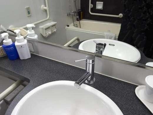 ■バスルーム  清潔さと落ち着きを感じさせる洗面台