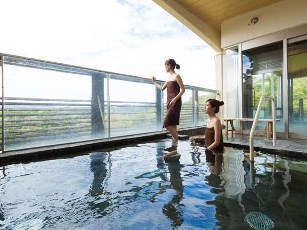 大浴場からは新緑や紅葉、雪景色など四季折々の自然がご覧いただけます。