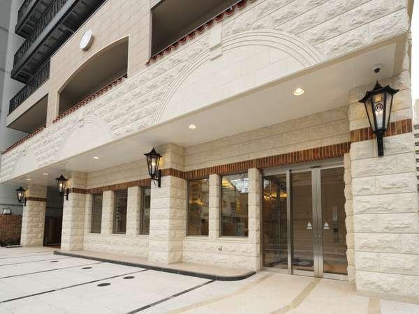 ヨーロッパ直輸入のライムストーンが異国情緒を醸し出すホテルエントランス