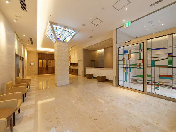 黄綬褒章受章の村岡靖泰氏がデザイン、制作したステンドグラスが彩る、まるで美術館のようなロビー