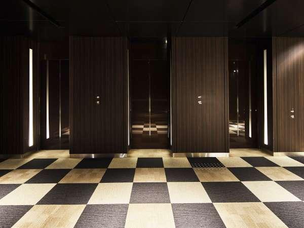 エレベーターホール。エレベーターは、ご宿泊階のみに泊まるようになっております。