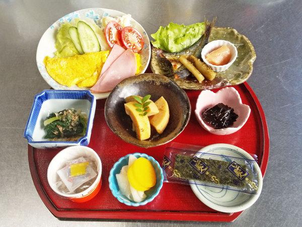 <スタンダードの朝食>自慢の自家製干物が朝食に付きます。
