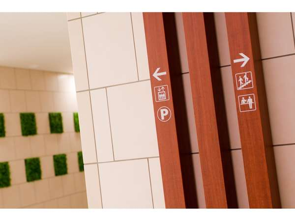 ◆エントランス・正面にエレベーター、右手に階段がございます。フロントは2階でございます。
