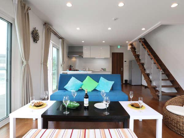 白を基調とした開放的なリビングルーム