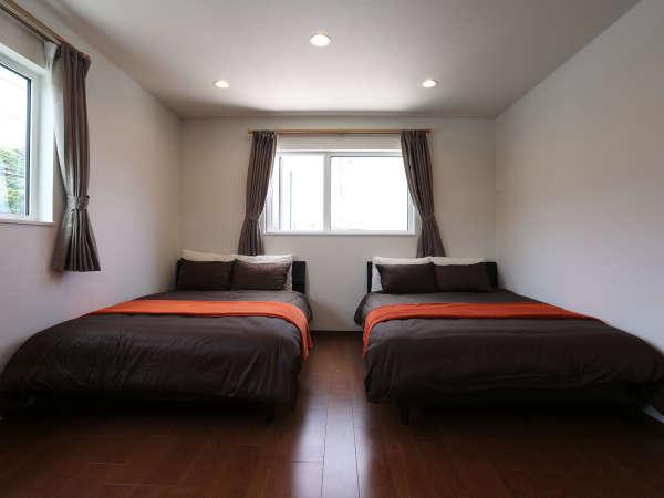 寝室1 メインのベットルーム くつろぎのダブルベッドが2台