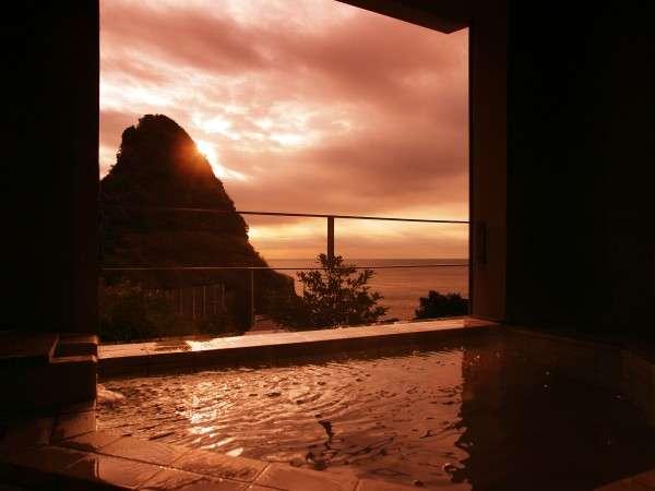 海の見える貸切空間半露天の温泉お風呂からの朝焼け♪