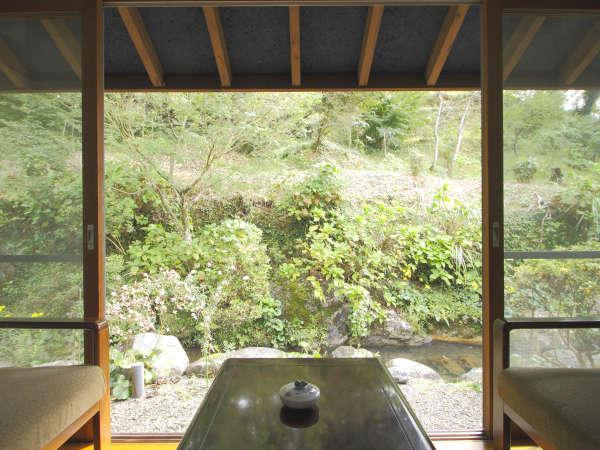 【和室10畳】窓の外に広がる緑を眺めながらゆったりお過ごしください