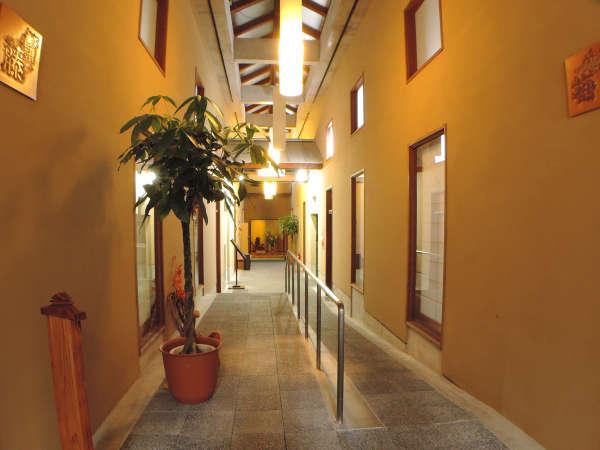 和モダンな佇まいの廊下:スロープがあり安心なバリアフリ-