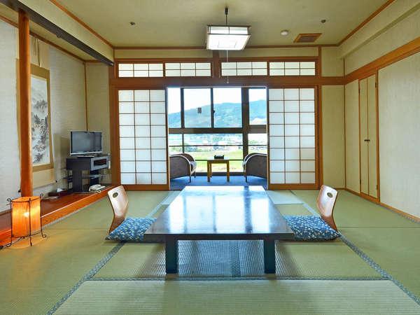 標準的な10畳の和室タイプ。川側の客室は広縁から筑後川を眺める事ができます。
