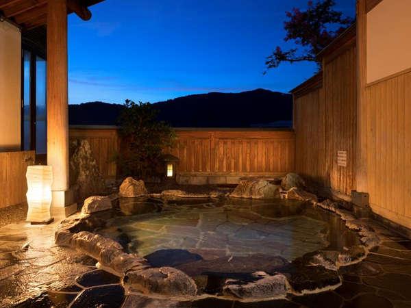 大浴場 女湯に併設の露天風呂。 ゆったりと広い大浴場で旅の疲れを癒してください。