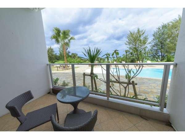プールサイドツインルームは屋外プール間のアクセスが便利