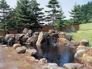 女性露天岩風呂。冬には雪見風呂、夏は爽やかな解放感を味わえます!
