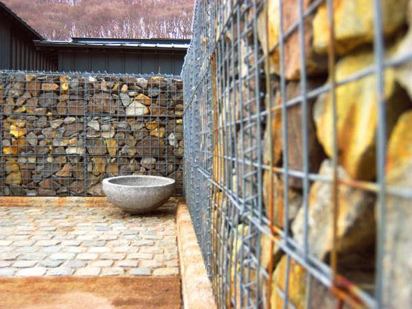 【施設内】小樽の石蔵とウッドデッキを融合させた中庭