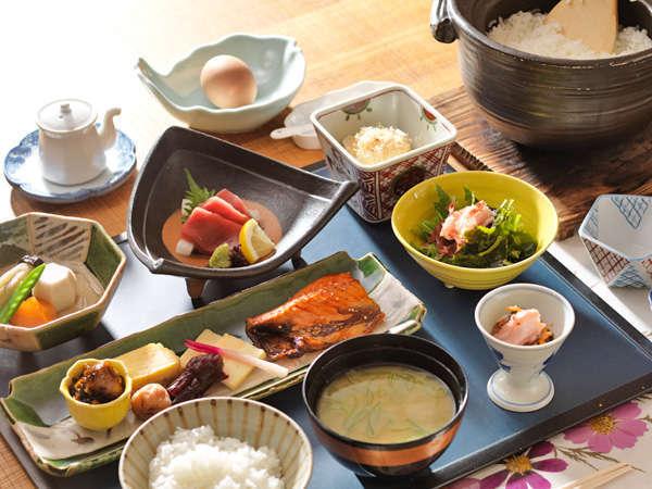 朝食は北海道の旬を盛り込んだ和食