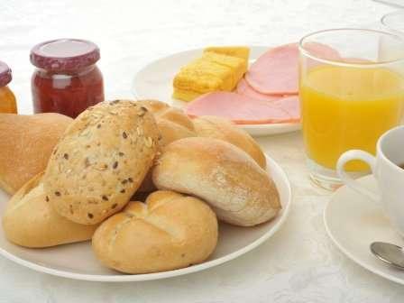 朝食バイキング無料サービス☆ヨーロッパより直輸入の無添加パンも準備しております。