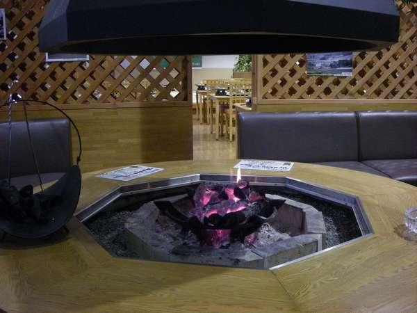 ロビー暖炉:阿蘇の冬はとても冷えます。冬場はこちらの暖炉に火が点ります。