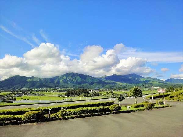 客室は全てマウンテンビュー!四季の森から望む阿蘇五岳はまるでスクリーンのような眺めです。
