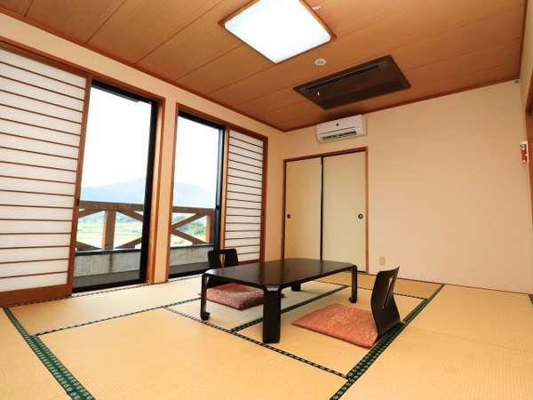 【和室】シンプルな和室で、ゆっくりと雄大な景色を眺めながらリラックスしてくださいませ。