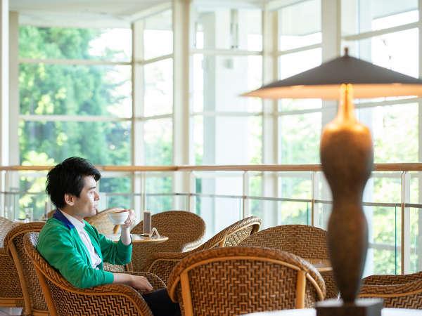 *【滞在イメージ】ラウンジにて。松島を眺めながらほっと一息
