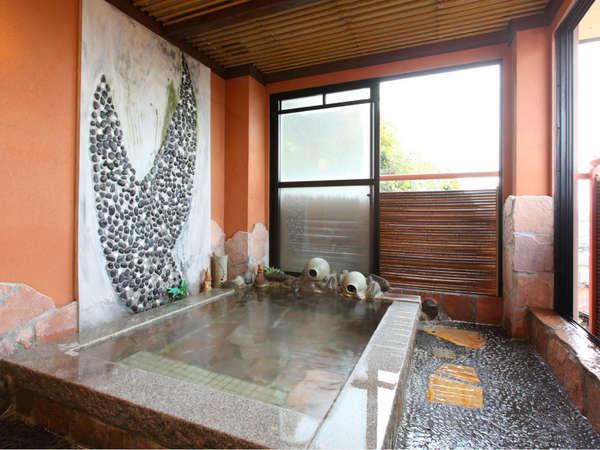開放的な源泉掛流しの露天風呂・時期により・素晴らしい夕日が眺められます。