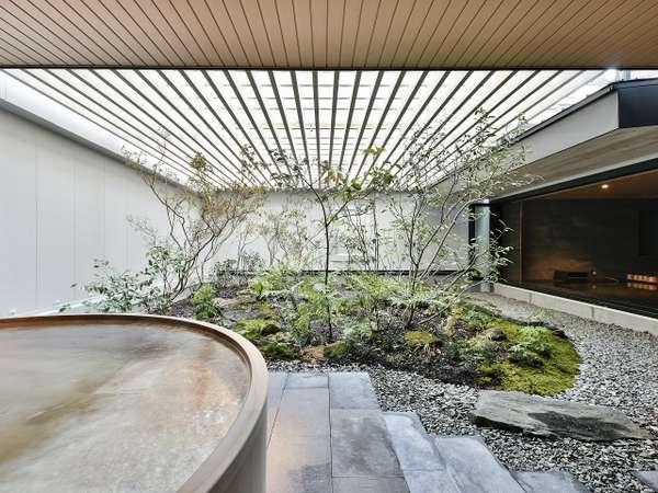 日本庭園を眺める露天風呂付き大浴場
