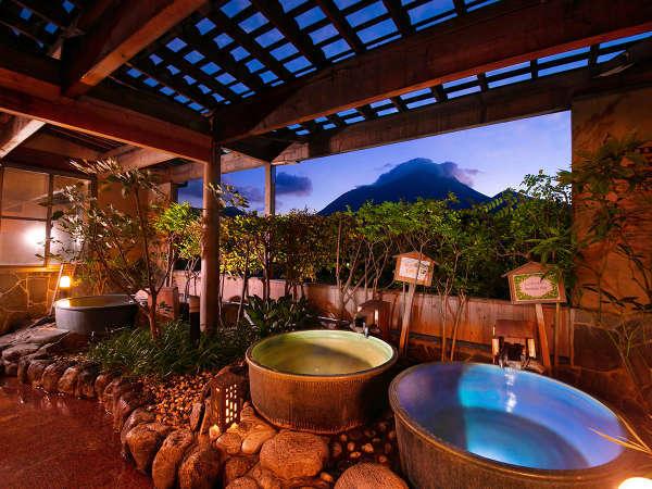 〈あさぎりの湯〉3種の陶器風呂からお好みのお湯に浸かって、空の明るさが変わる瞬間を眺める――