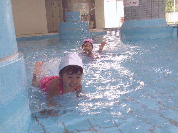 プールで楽しむ子供達