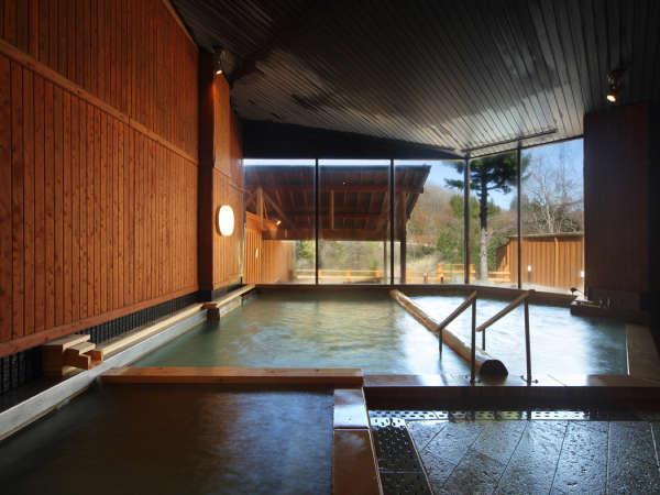 【女性大浴場】浴槽内が丸太で仕切ってあり、2種類の温度が楽しめるんです♪
