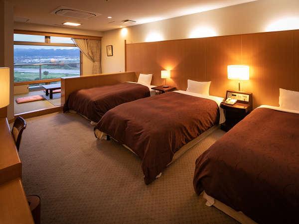 【中央館・和洋室】筑後川を一望の和洋室!広めのベッドが2~3台と窓際には和室