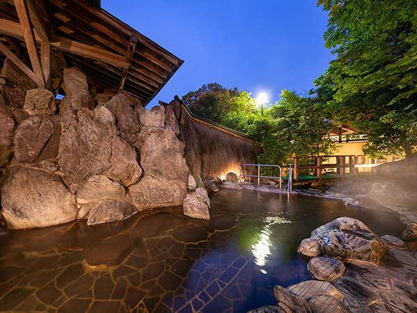 【露天風呂・星の湯】畳敷きの内湯・露天風呂・サウナ・水風呂を併設した庭園露天風呂