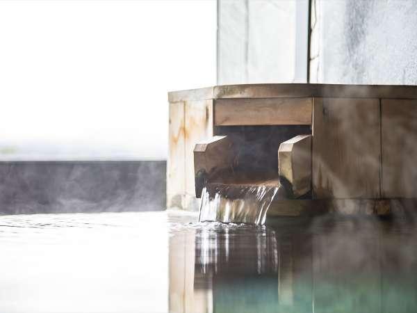 露天風呂から立ち上る湯けむりも旅のシーンを演出します