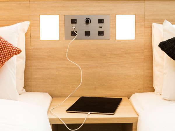 【客室設備】ベッド脇には便利なUSBポート付き!