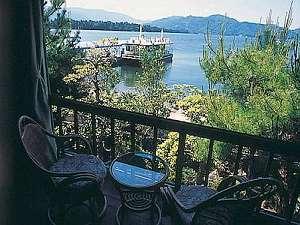2階の客室から観光船を眺める