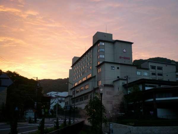 【外観】登別は地獄谷に対峙する当館。大自然に佇む旅館でのひと時をお過ごしください