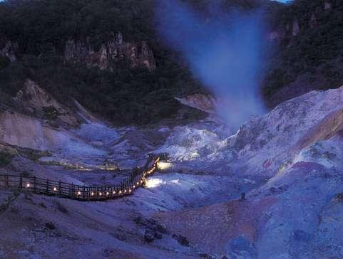 【鬼火の路】日没~21時半までは、地獄谷の夜間公開実施中!