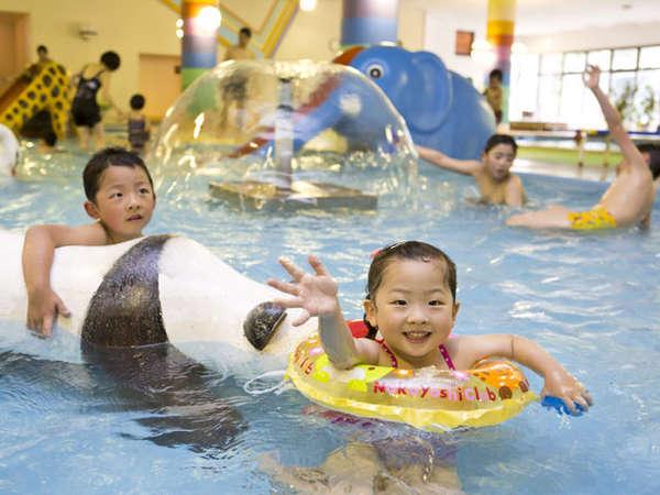 【お子様プール】大人用25Mプールと併設された水深50㌢程度のお子様用。ウォータースライダーも有り。