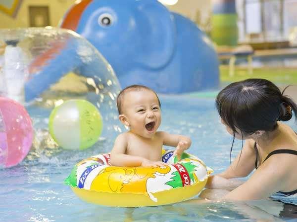 【お子様プール】レンタルの、浮き輪・ビーチボール・お子様水着を各315円でご用意しております。
