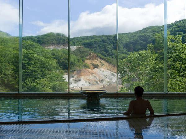 【男性内風呂】展望風呂(食塩泉)から眺める地獄谷。絶景を見下ろしながらの入浴は最高!